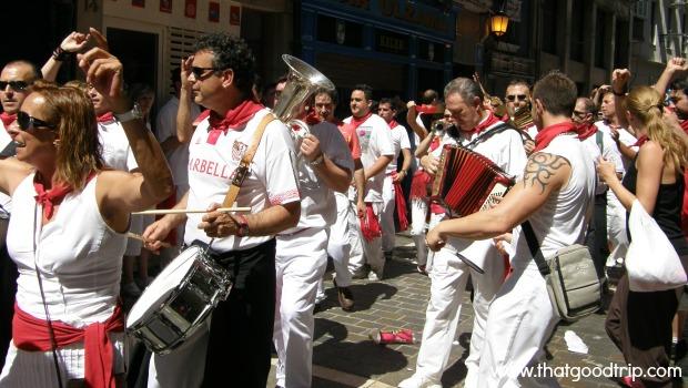 Festa de San Fermin: charangas movimentam as ruas de Pamplona