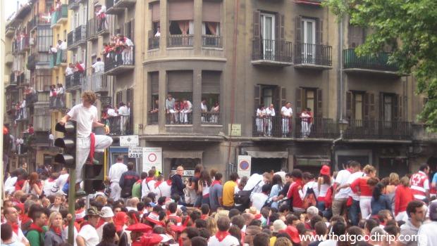 Festa de San Fermin: guardando lugar para ver o encierro