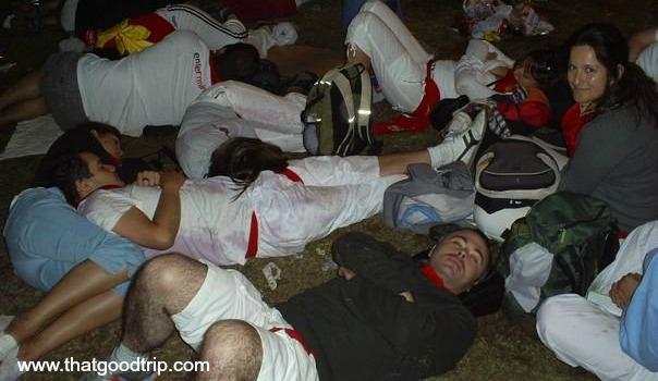 Festa de San Fermin: descansando durante a noite na Plaza del Castillo