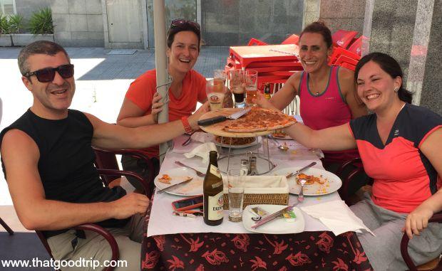 Caminho Portugues da Costa: Peregrinos atacando uma pizza