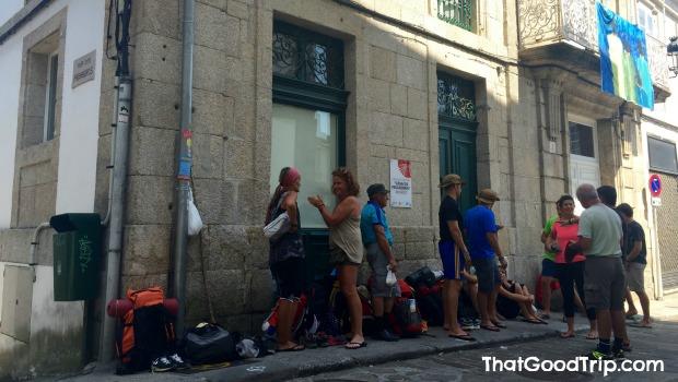 Caminho Ingles: Albergue de Betanzos com fila na porta