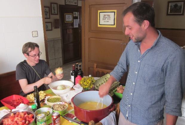Quanto custa fazer o caminho de Santiago: cozinhando no albergue